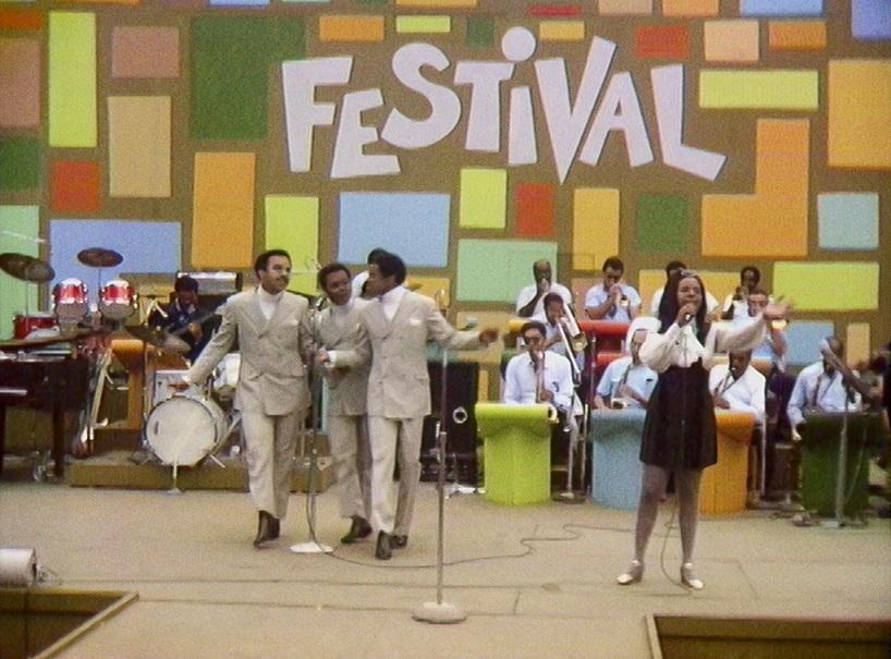 Gladys Knight & the Pips  en el Harlem Cultural Festival in 1969. Aún el estilo antiguo, con trajes y coreografías coordinadas