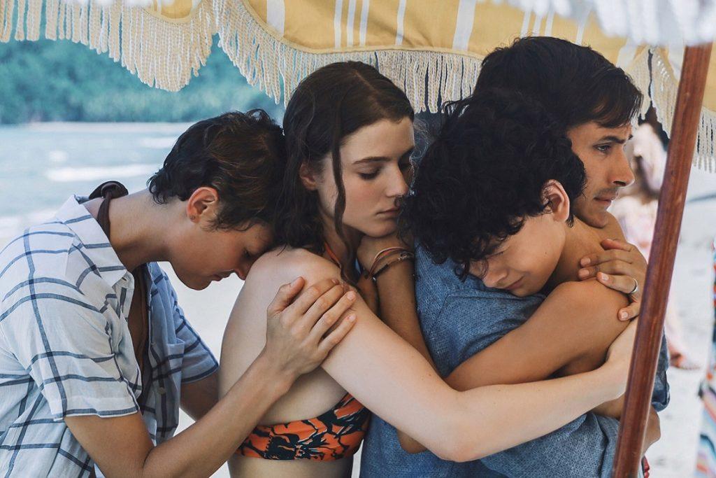 Prisca (Vicky Krieps), Maddox (Thomasin McKenzie), Guy (Gael García Bernal) y Trent (Luca Faustino Rodriguez). El consuelo está en la familia