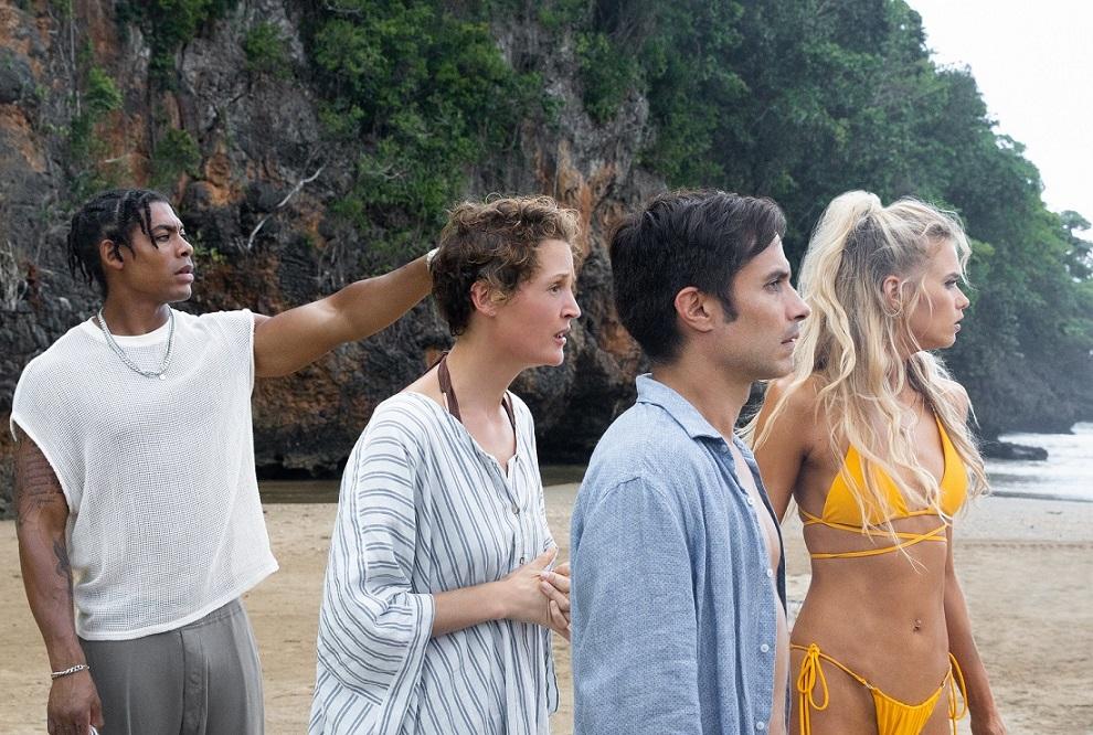 Mid-Sized Sedan (Aaron Pierre), Prisca (Vicky Krieps), Guy (Gael García Bernal) y Chrystal (Abbey Lee). No hay salida de la playa