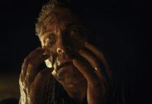 Old, Tiempo, el personaje de Rufus Sewell se degrada