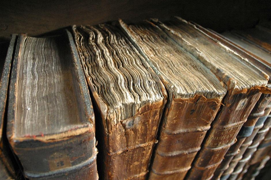 Libros antiguos, @Tom Murphy VII. Ante el control de las plataformas hay que subrayar la importancia del formato físico