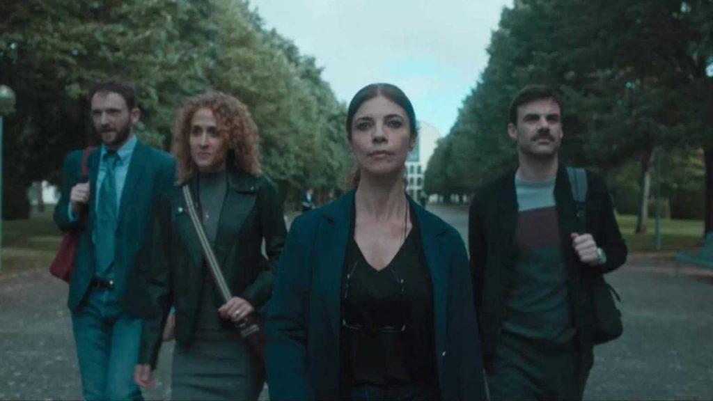 Escena de la nueva serie estrella de TVE, Ana Tramel, con Maribel Verdú (en el centro) a la cabeza del reparto de actores