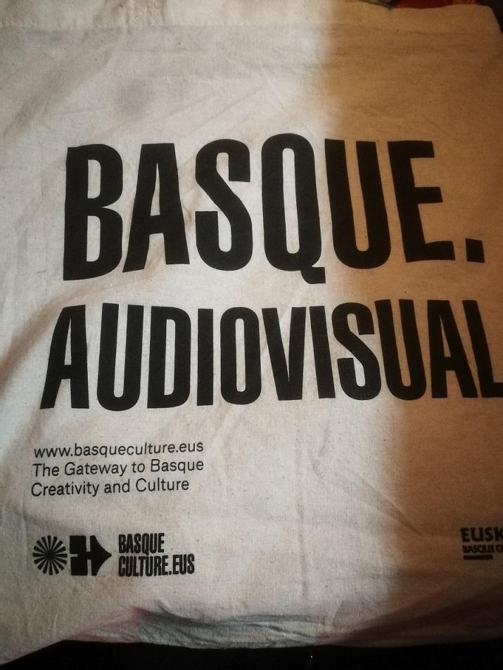 Una bolsa de Basque Audiovisual. Estaban a disposición en la zona de industria y con las dimensiones ideales para llevar unos discos