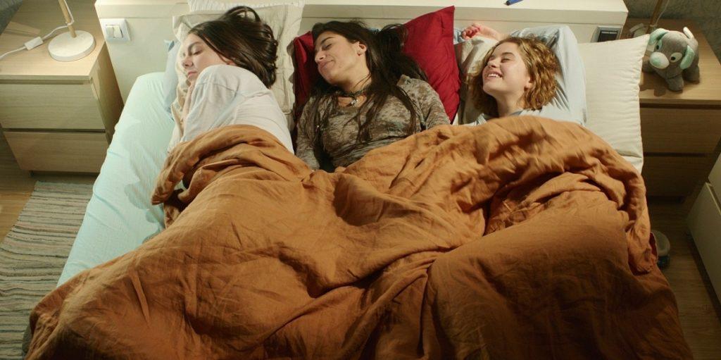 Marta, Desi y Bea compartiendo cama