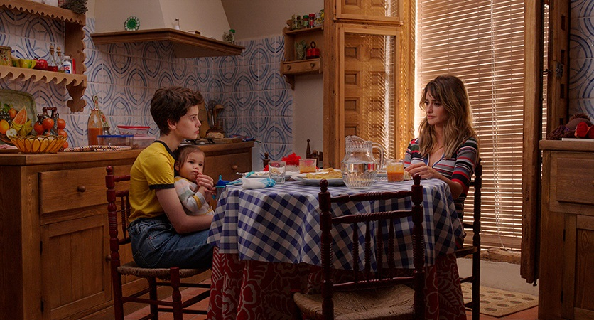 Ana, su hija y Janis, en el pueblo de ésta