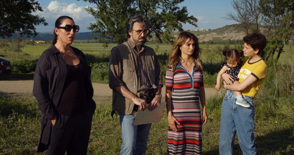 La fotografía lo dice todo. Ana no mira a la fosa sino a Elena, Arturo y a Ana con  curiosidad, mientras lleva a su hija, al futuro, en sus brazos